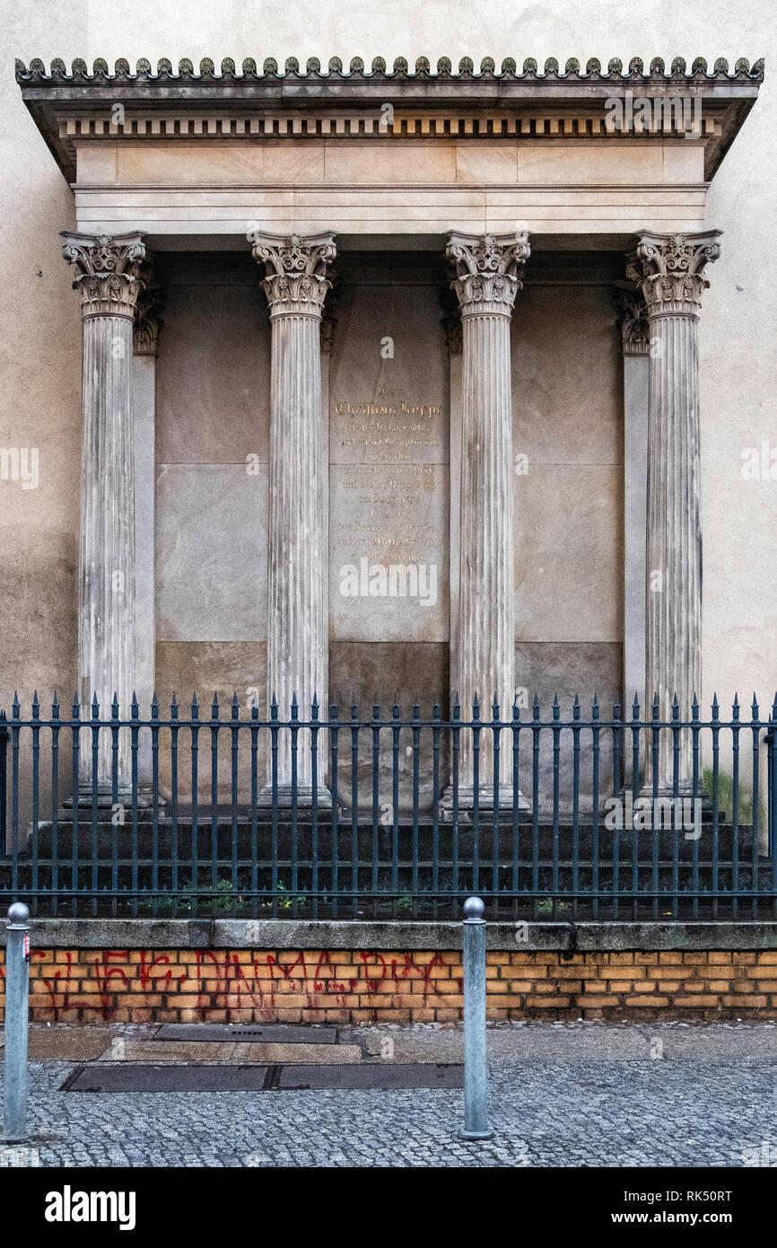 Berlin, Mitte, Koppenplatz 13. Christian Koppe memorial with inscription on stone plaque & four Corinthian columns designed by Friedrich August Stüler - Stock Image