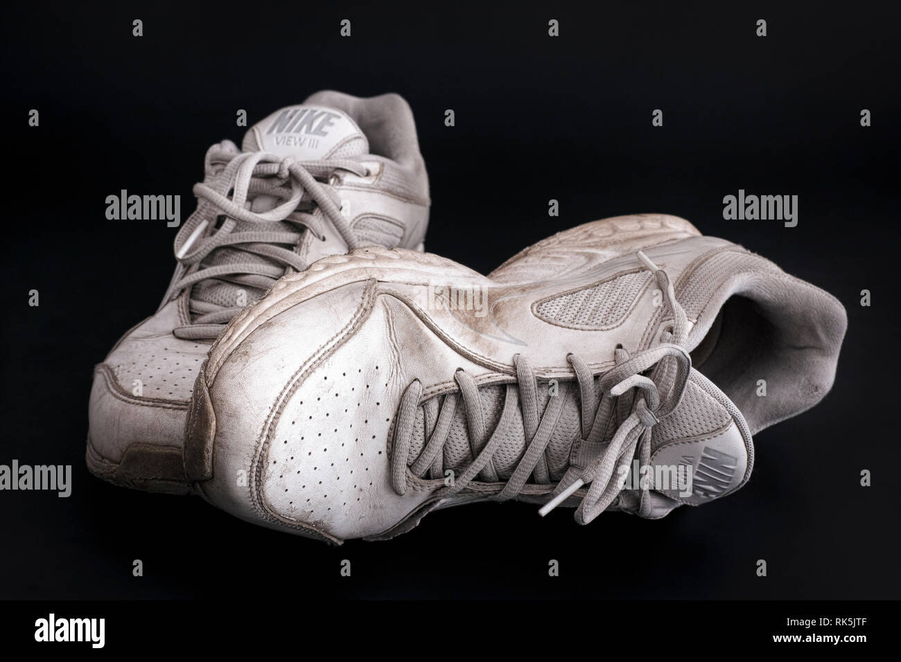 Old dirty white Nike View III sneakers