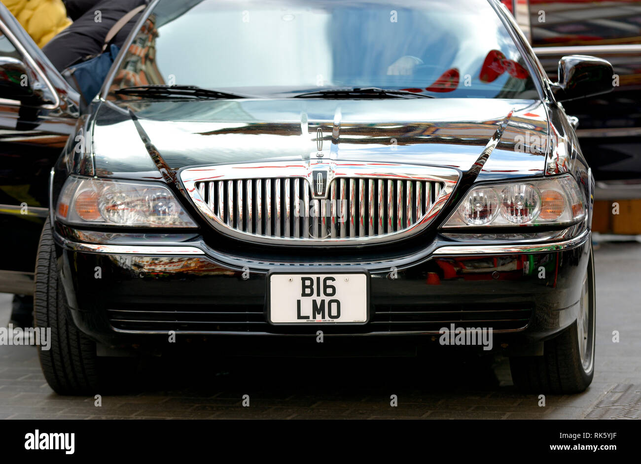 London, England, UK. Lincoln stretch limousine with number plate BI6 LMO (Big Limo, almost) Stock Photo