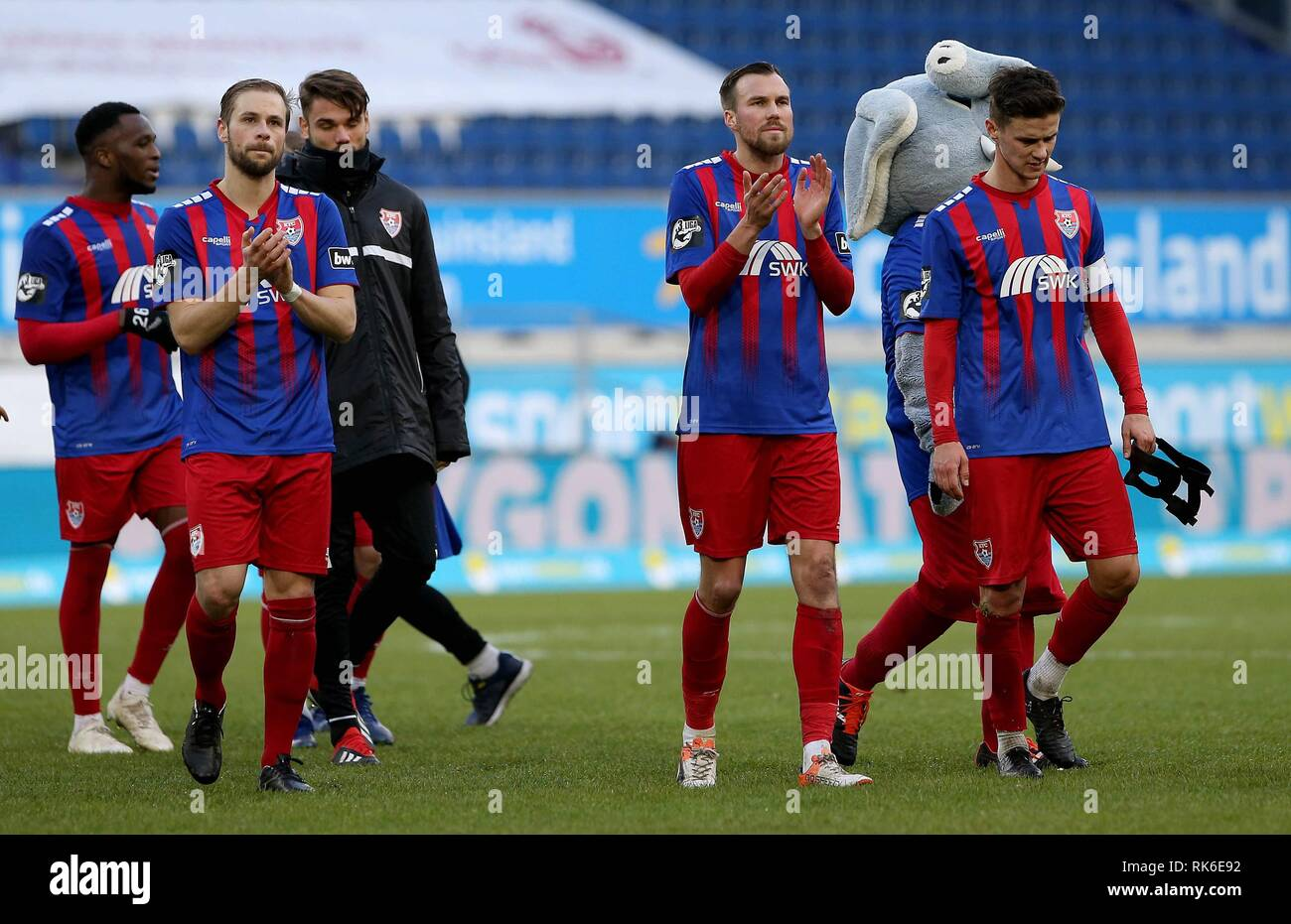 Duisburg, Deutschland. 09th Feb, 2019. firo: 09.02.2019 Football, 3. Bundesliga, season 2018/2019 KFC Uerdingen 05 - TSV 1860 Munich Kevin Grovukreutz (# 6, KFC Uerdingen 05) and Maximilian Beister (# 9, KFC Uerdingen 05) thank the fans. | usage worldwide Credit: dpa/Alamy Live News - Stock Image
