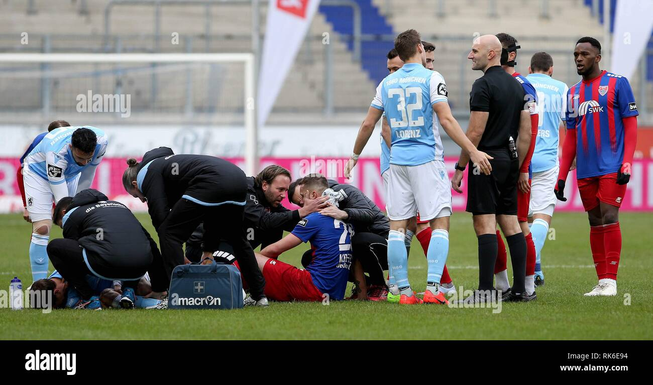 Duisburg, Deutschland. 09th Feb, 2019. firo: 09.02.2019 Football, 3. Bundesliga, season 2018/2019 KFC Uerdingen 05 - TSV 1860 Munich Manuel Konrad (# 28, KFC Uerdingen 05) and Nico Karger (# 18, TSV 1860 Munich) are running into each other. Both must be treated. | usage worldwide Credit: dpa/Alamy Live News - Stock Image