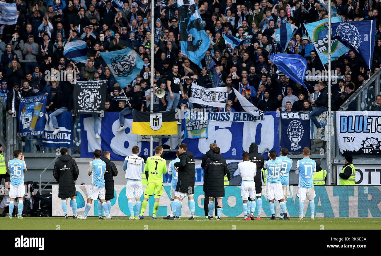 Duisburg, Deutschland. 09th Feb, 2019. firo: 09.02.2019 Football, 3rd Bundesliga, season 2018/2019 KFC Uerdingen 05 - TSV 1860 Munich The 1860 celebrate the point before their Fankurve. | usage worldwide Credit: dpa/Alamy Live News - Stock Image
