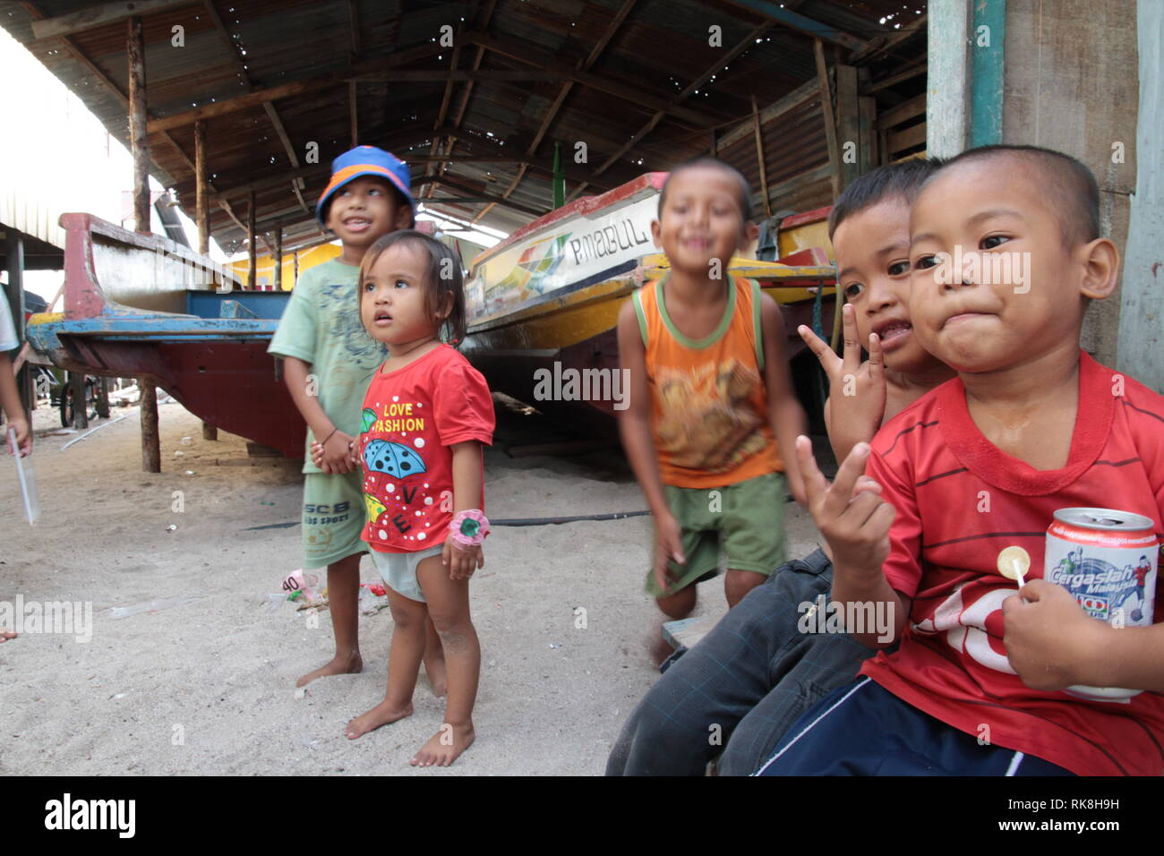 Indonesian kids playing marbles - Stock Image