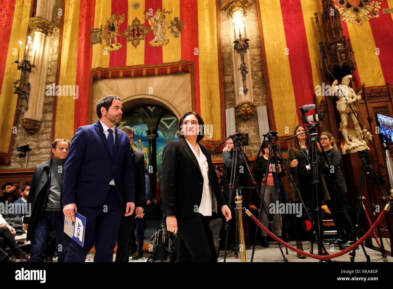 Barcelona, Spain. 10th Feb, 2019. Barcelona's Mayor Ada Colau (C), Catalan Towns Association's President David Saldoni (L) and some 400 Catalan mayors attend an event at Barcelona's City Hall to reject the trial of Catalan pro-independence leaders, in Barcelona, Spain, 10 February 2019. The participants asked for defendants' rights and basic liberties are respected, as well.The trial of Catalan pro-independence leaders begins at Madrid's High Court next 12 February. Credit: Alejandro Garcia/EFE/Alamy Live News - Stock Image