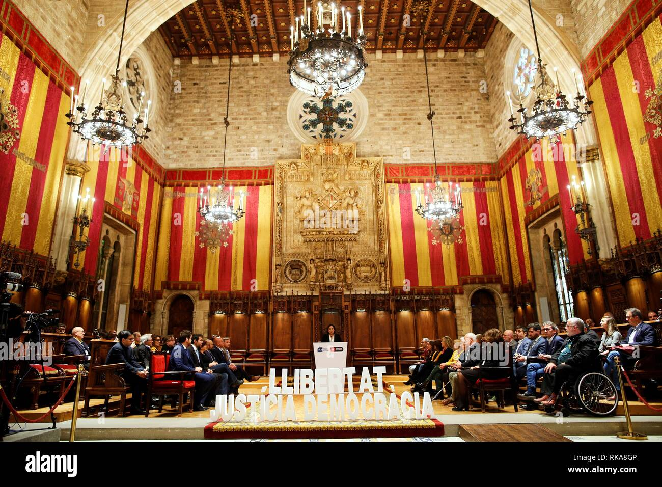 Barcelona, Spain. 10th Feb, 2019. Barcelona's Mayor Ada Colau (C), delivers a speech behind a banner reading in Catalan 'Freedom, Justice, Democracy' as some 400 Catalan mayors attend an event at Barcelona's City Hall to reject the trial of Catalan pro-independence leaders, in Barcelona, Spain, 10 February 2019. The participants asked for defendants' rights and basic liberties are respected, as well.The trial of Catalan pro-independence leaders begins at Madrid's High Court next 12 February. Credit: Alejandro Garcia/EFE/Alamy Live News - Stock Image