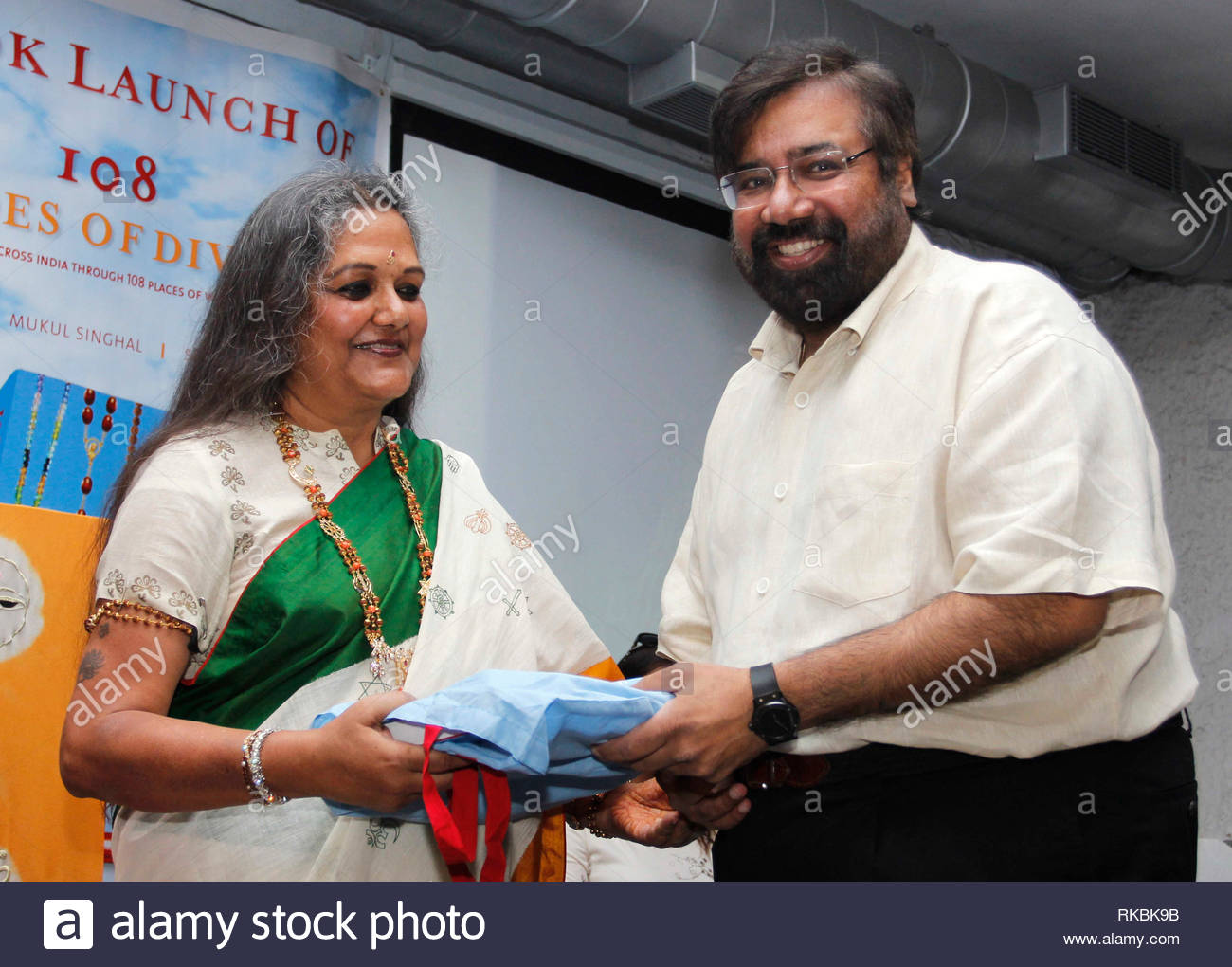 Author Anju Poddar with Harsh Goenka, chairman, RPG Enterprises  during the launch of her book 108 Shades of Divinity in Mumbai, India on May 26, 2013. (Rupesh Khot) - Stock Image