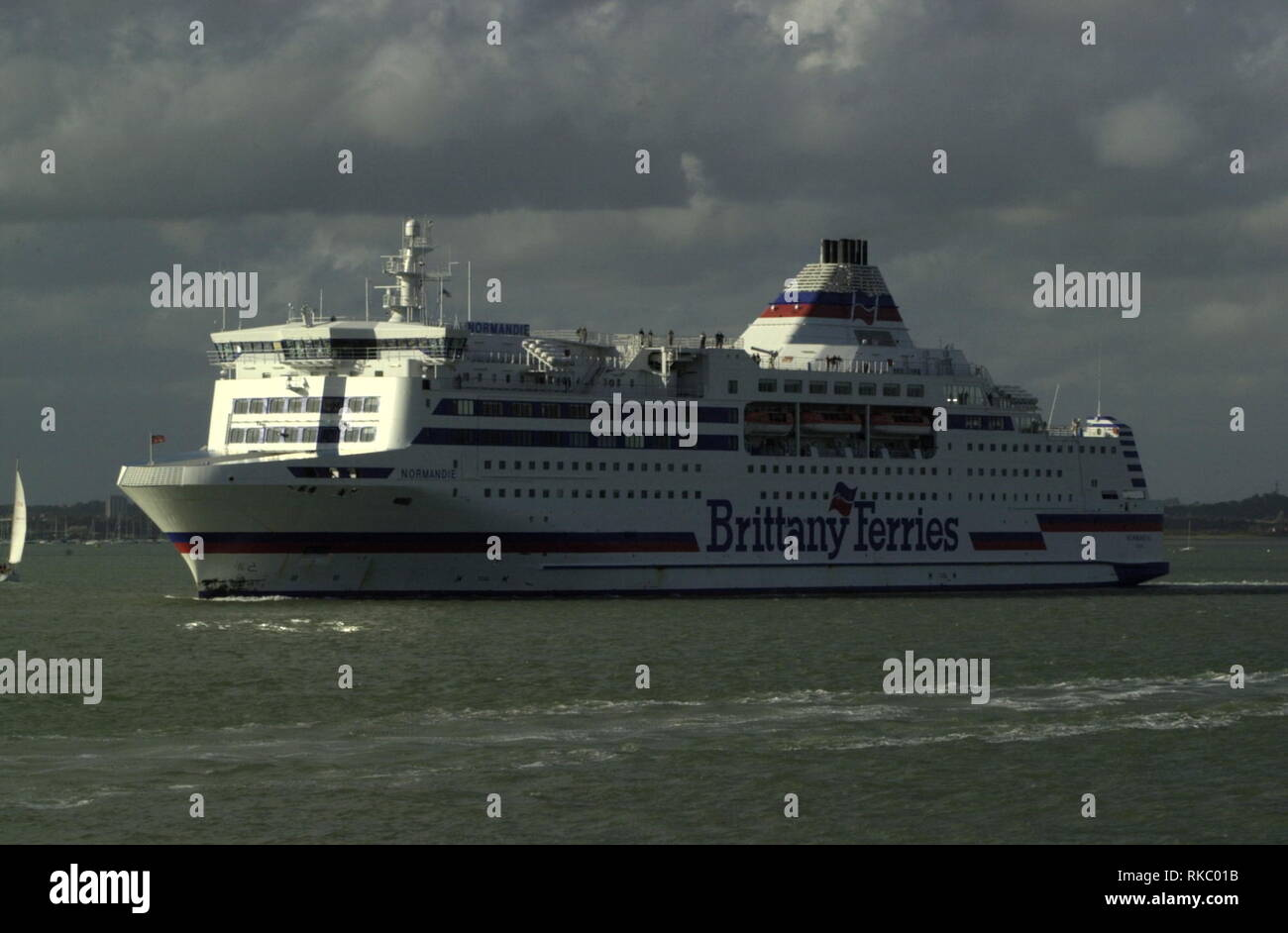 AJAXNETPHOTO. OCTOBER, 2004. PORTSMOUTH, ENGLAND. - BRITTANY FERRIES CROSS CHANNEL CAR AND PASSENGER FERRY NORMANDIE OUTWARD BOUND. PHOTO:JONATHAN EASTLAND/AJAX REF:D40510_1034 - Stock Image