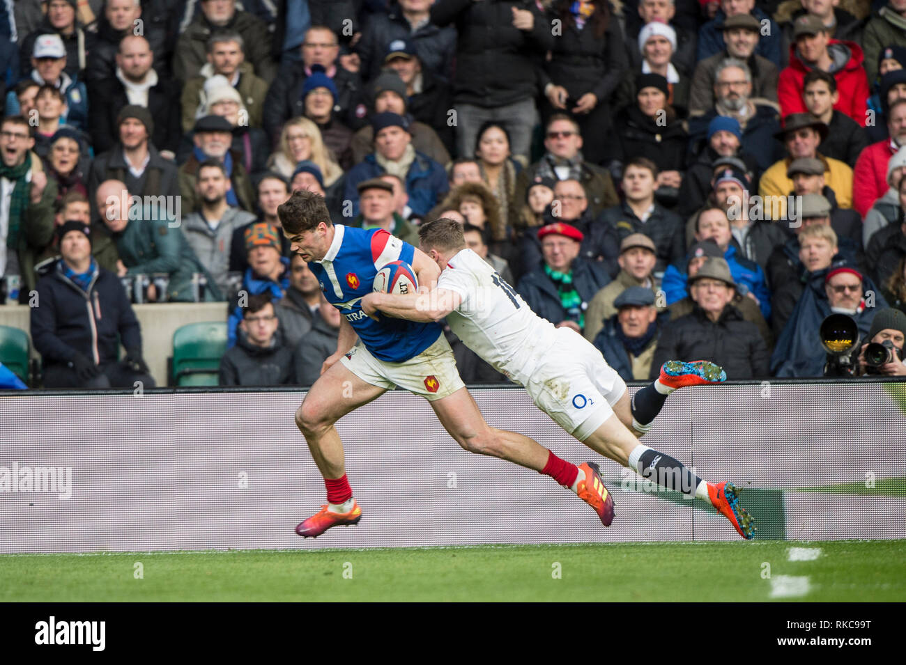 Twickenham, United Kingdom. 7th February, Chris ASHTON, carried by Damiam PENAUD, as go's in for a try, during the England vs France, 2019 Guinness Six Nations Rugby Match  played at  the  RFU Stadium, Twickenham, England,  © PeterSPURRIER: Intersport Images Credit: Peter SPURRIER/Alamy Live News Stock Photo