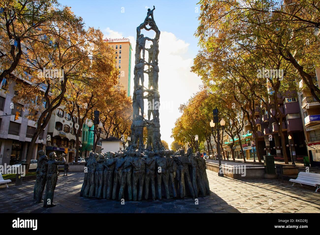 Quatre de Vuit life-size sculpture (1999) by Francesc Anglés, Monumento a los Castellers, Monument als Castellers, Rambla Nova, Tarragona City, - Stock Image