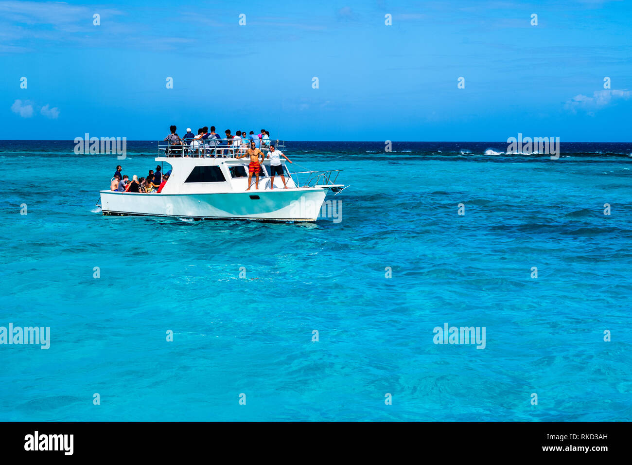 Boat with tourist arriving at Stingray City at Grand Cayman in the Caribbean. - Stock Image