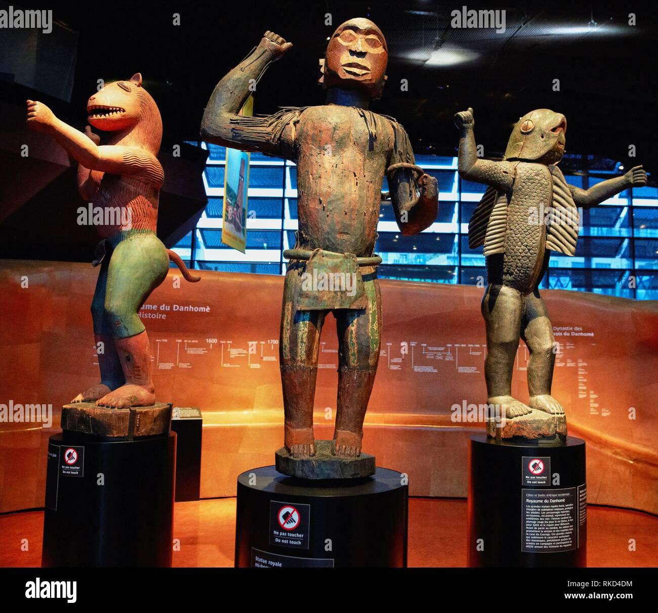 Statue royale. Roi Ghèzo. Population Fon. Bénin. S.XIX. Musée du Quai Branly museum, specialised for primitive or tribal arts, architect Jean Nouvel. - Stock Image