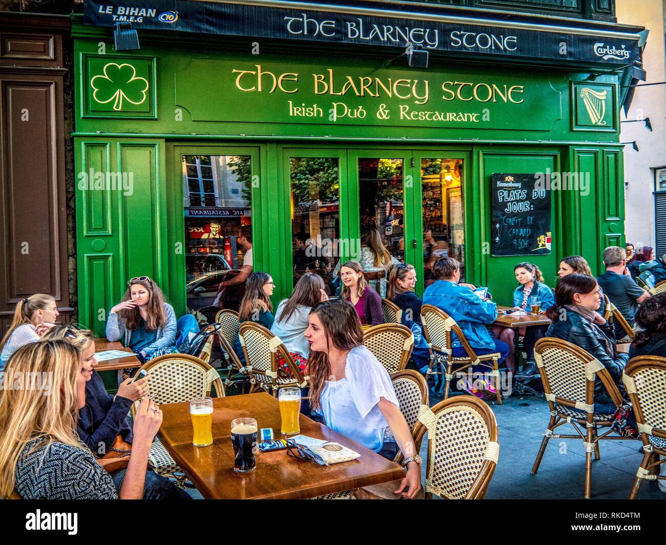 France, Nouvelle Aquitaine, Gironde. Terrace of one of the many Irish Pubs, at Bordeaux. - Stock Image