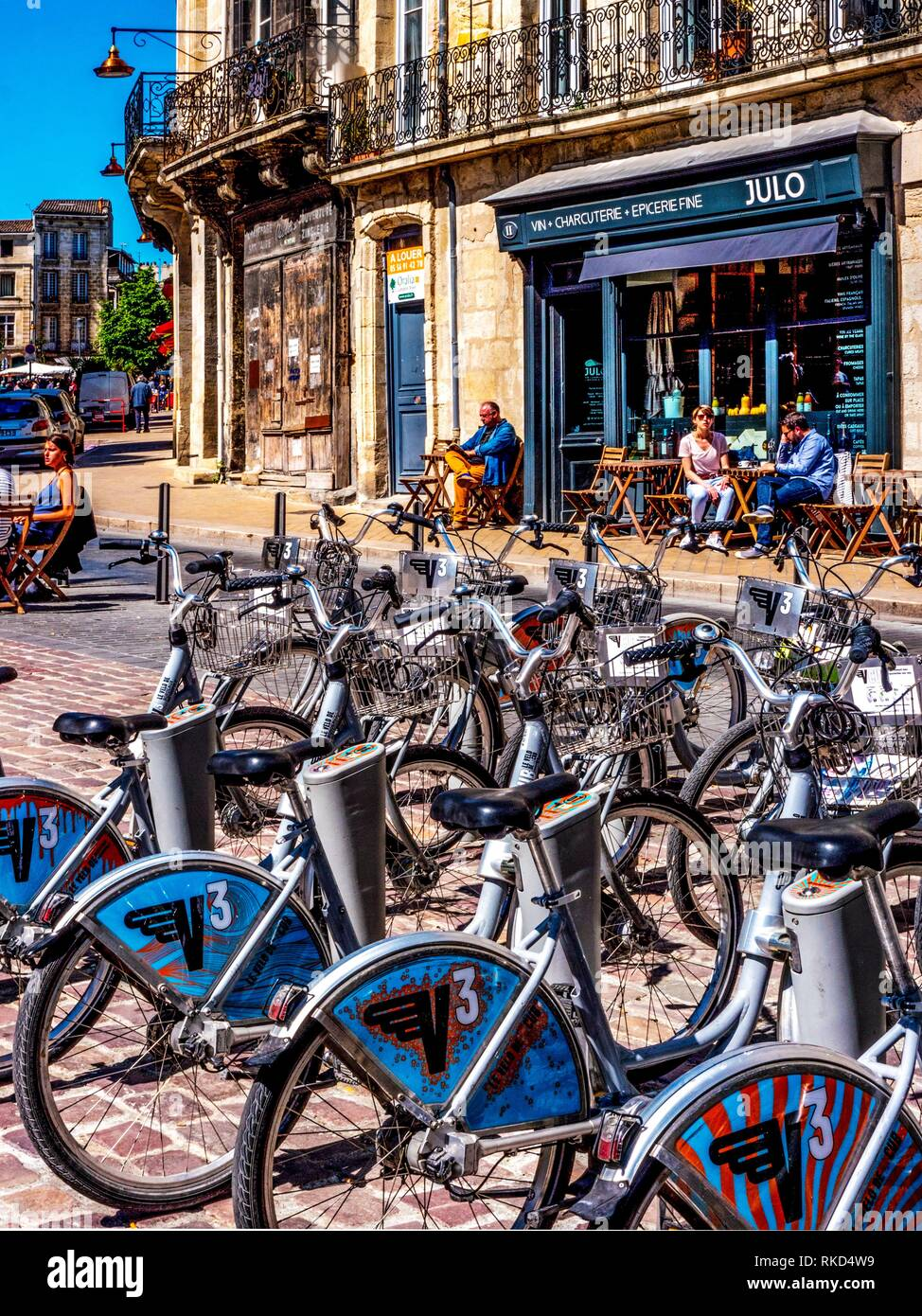 France, Nouvelle Aquitaine, Gironde. Place Saint Michel, at Bordeaux, with a parking of ''V3'' (free use bicycles). - Stock Image
