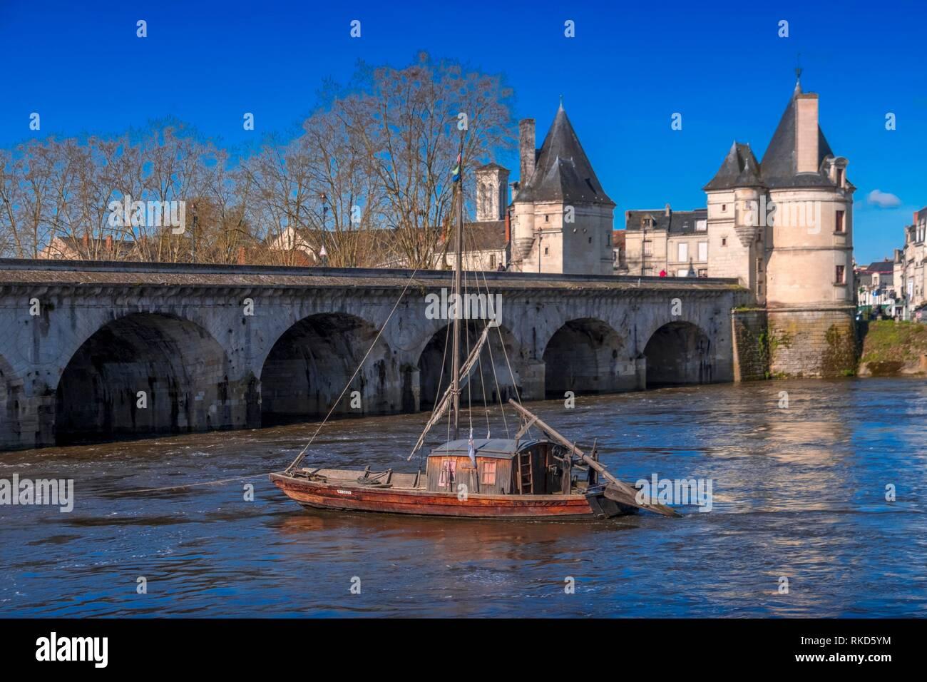 France, Nouvelle Aquitaine, Vienne, Chatelrault: Henri IV bridge over the Vienne river. - Stock Image