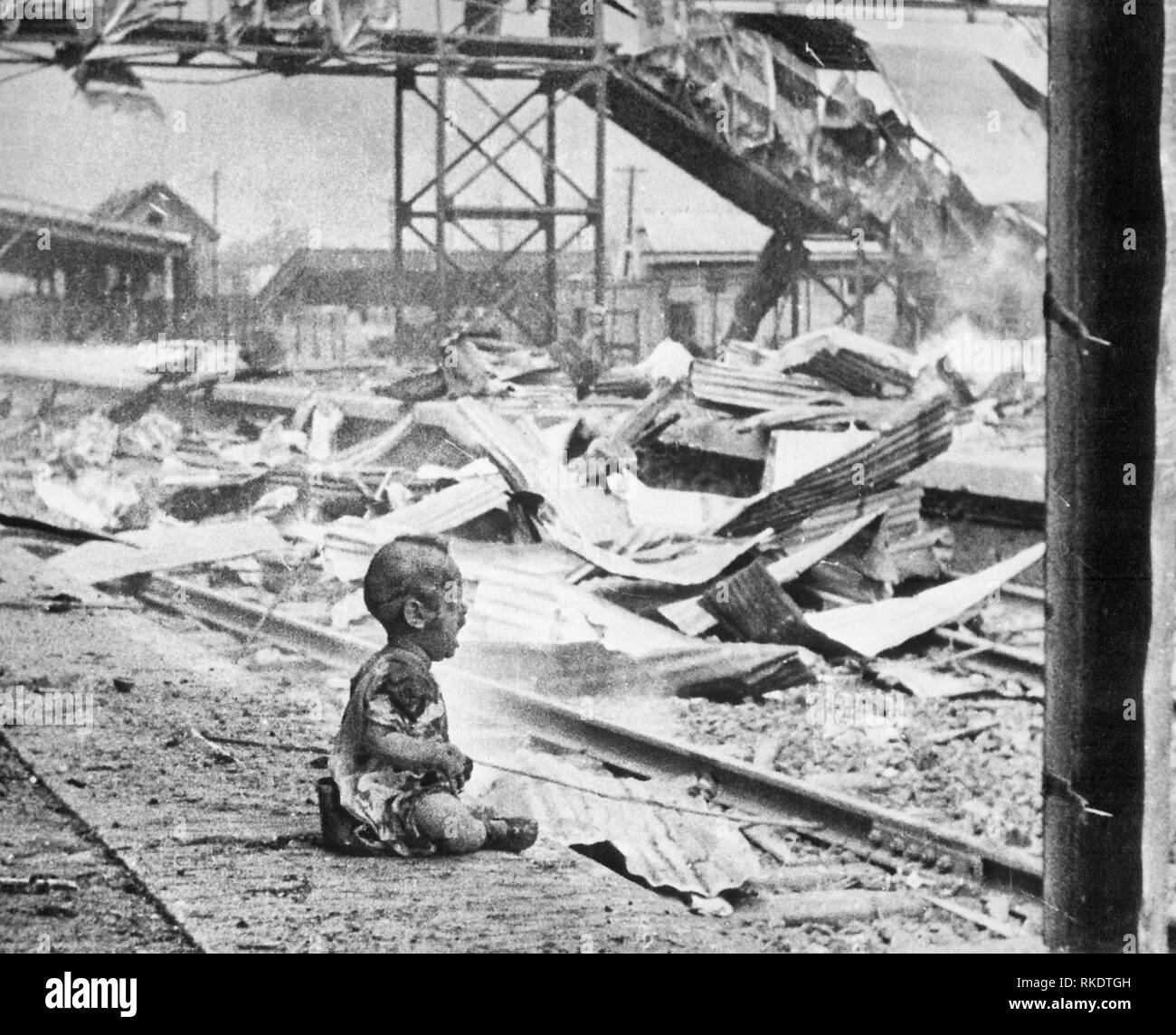 Bloody Saturday -  Baby crying on a platform of Shanghai's South Station after aerial bombing by Japanese forces. This terrified baby was one of the only human beings left alive in Shanghai's South Station after the brutal Japanese bombing in China. August 1937 - Stock Image