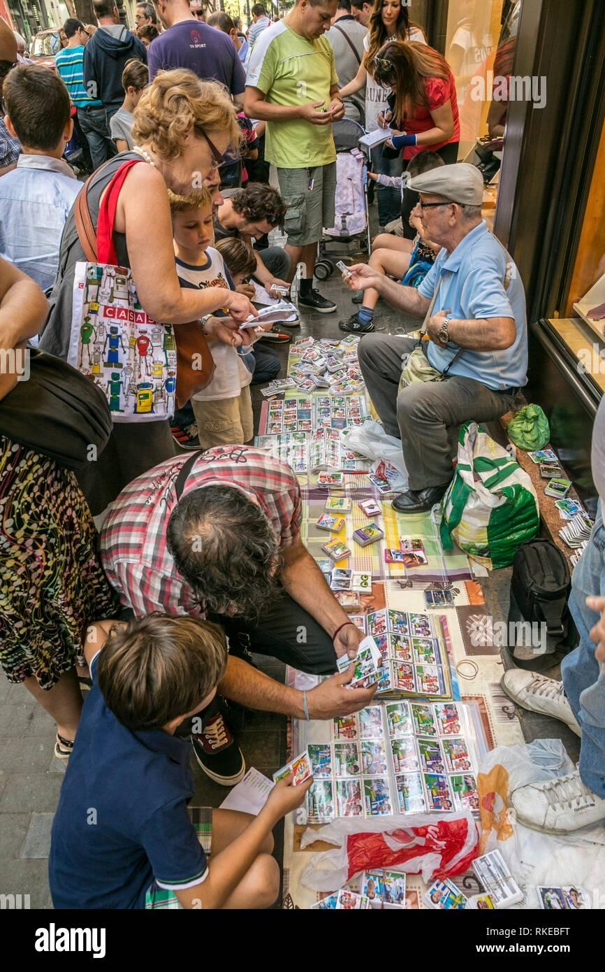 Collectors exchange prints along San Vicente Martir Street. Valencia. Comunidad Valenciana. Spain. - Stock Image