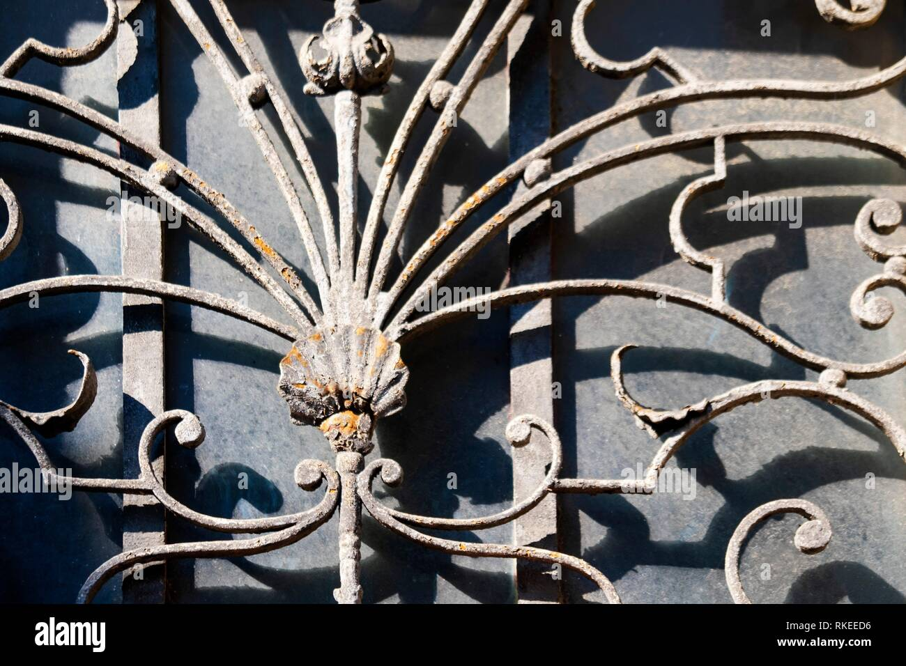 France, Occitanie, Lot, door at Figeac, with iron work, and a shell. Pilgrimage way to Santiago de Compostela. - Stock Image