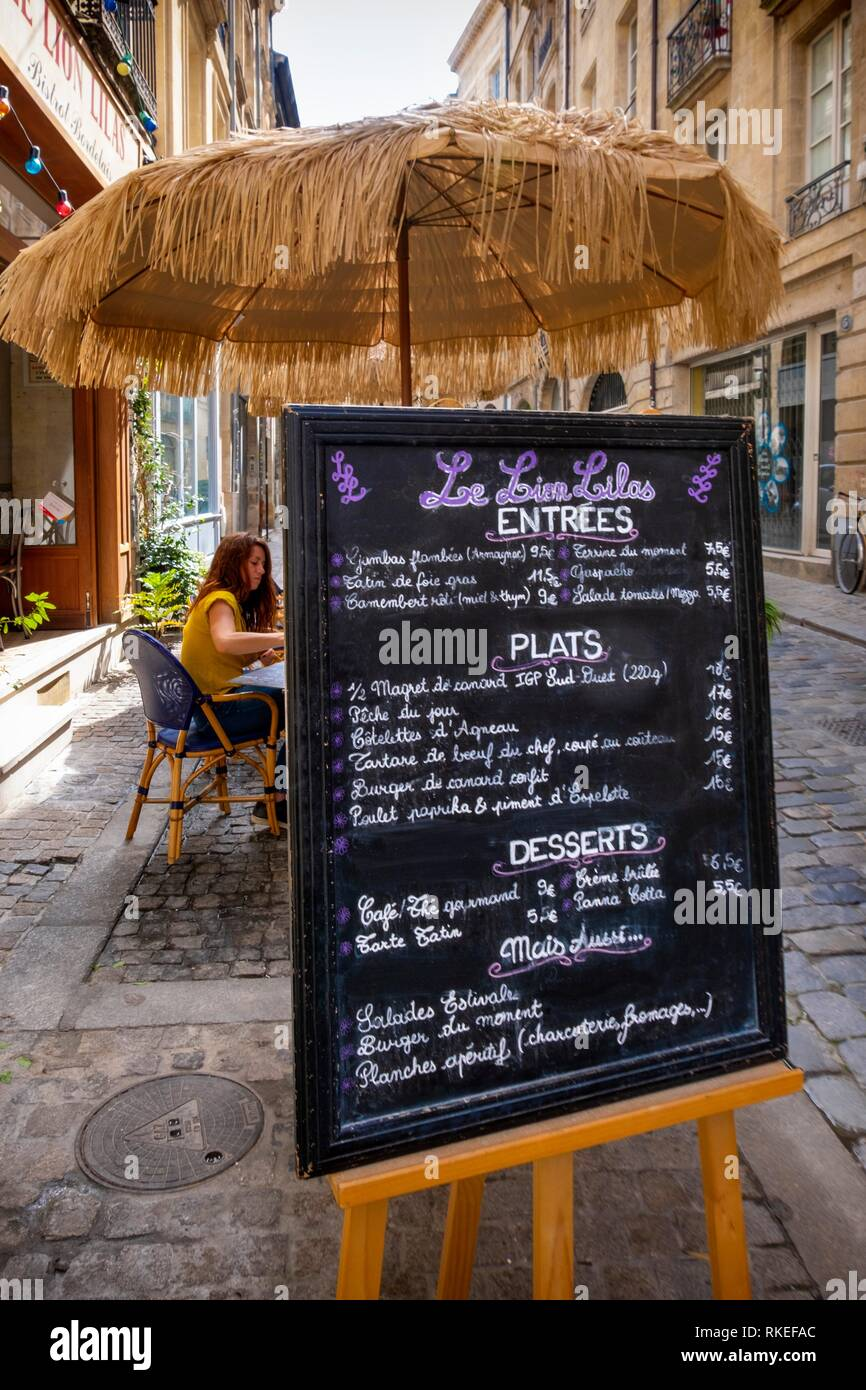 France, Nouvelle Aquitaine, Gironde, Menu sugn of restaurant ''Le Lion Lilas'' in the old Bordeaux. - Stock Image