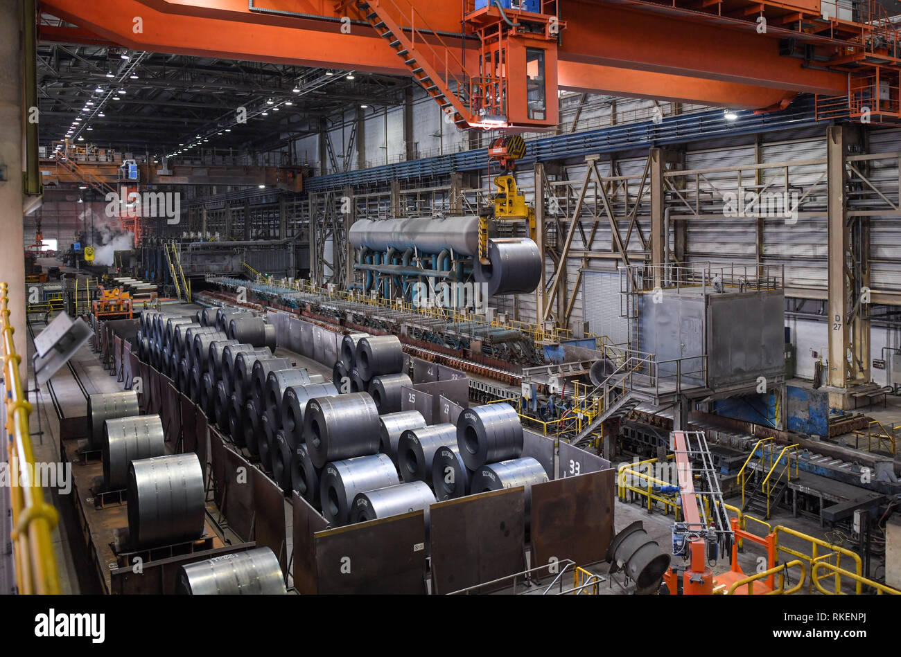 11 February 2019, Brandenburg, Eisenhüttenstadt: View into the huge workshop of the hot rolling mill at ArcelorMittal Eisenhüttenstadt. The inaugural visit of Brandenburg's new Minister of Economic Affairs, Steinbach (SPD), to the steel company on the Oder River included current topics on industrial and trade policy as well as climate protection. Photo: Patrick Pleul/dpa-Zentralbild/ZB - Stock Image