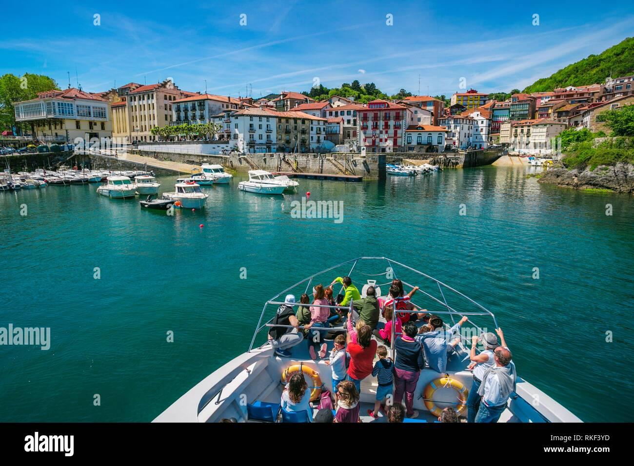 Hegaluze Cruise from Bermeo to Elantxobe passing through the Island of Izaro. In the background, Mundaka. Urdaibai Region. Bizkaia. Basque Country. - Stock Image