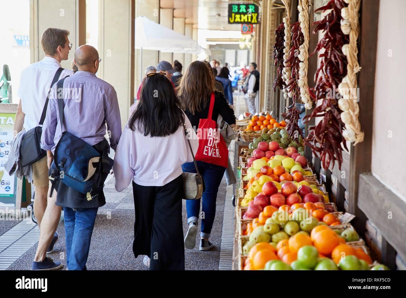 Gastronomic tour, guide with tourists, Donostia, San Sebastian, Gipuzkoa, Basque Country, Spain, Europe - Stock Image