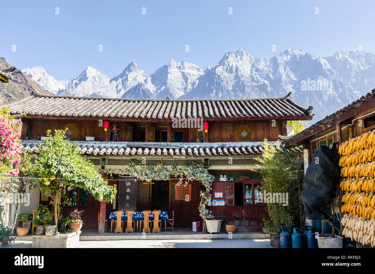 Naxi family guesthouse in Tiger Leaping Gorge, Yunnan, China - Stock Image