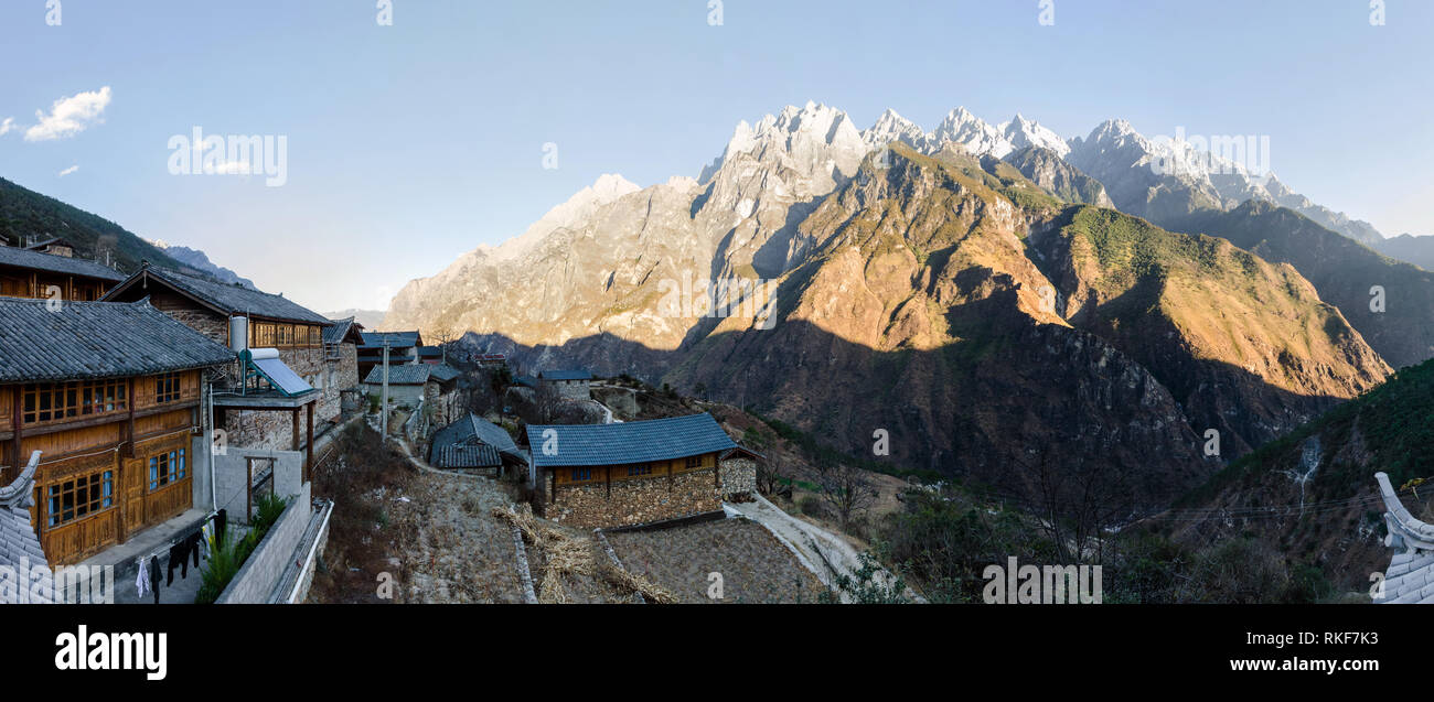 Sunset over the jagged mountain peaks of Tiger Leaping Gorge from Tea Horse guesthouse, Yunnan, China - Stock Image