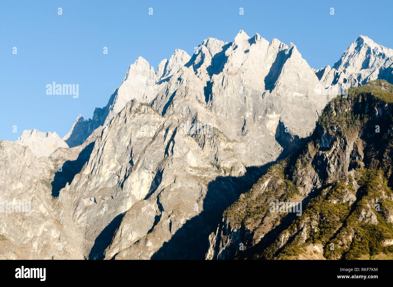 The jagged mountain peaks of Tiger Leaping Gorge, Yunnan, China - Stock Image