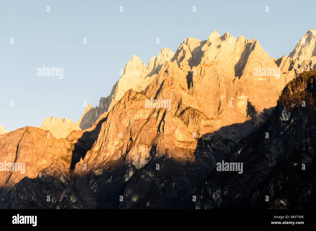 Sunset over the jagged mountain peaks of Tiger Leaping Gorge, Yunnan, China - Stock Image