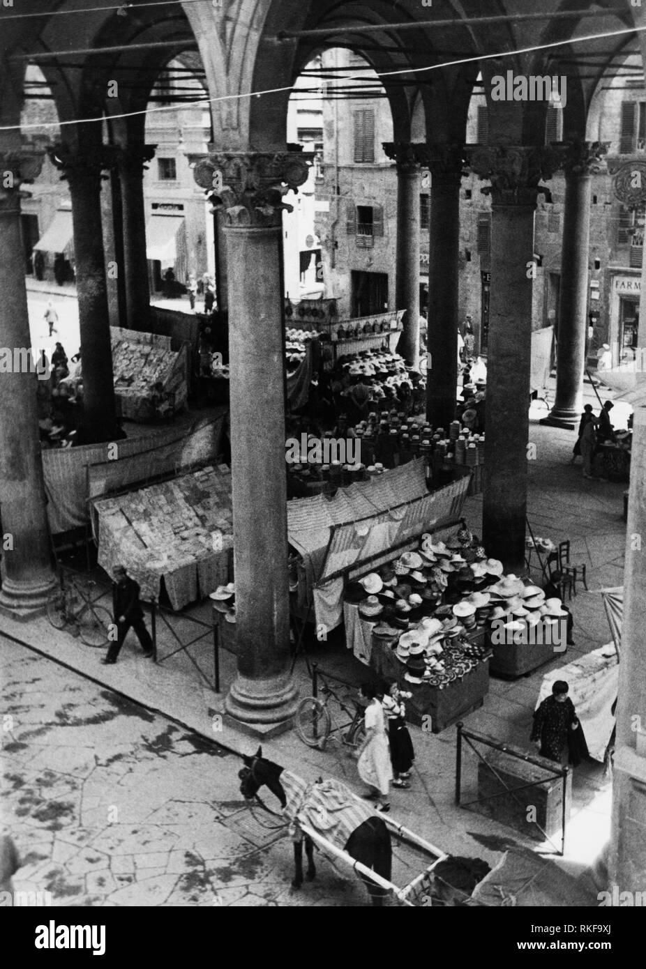 market, loggia del porcellino now named loggia del mercato nuovo, florence, tuscany, 1949 - Stock Image