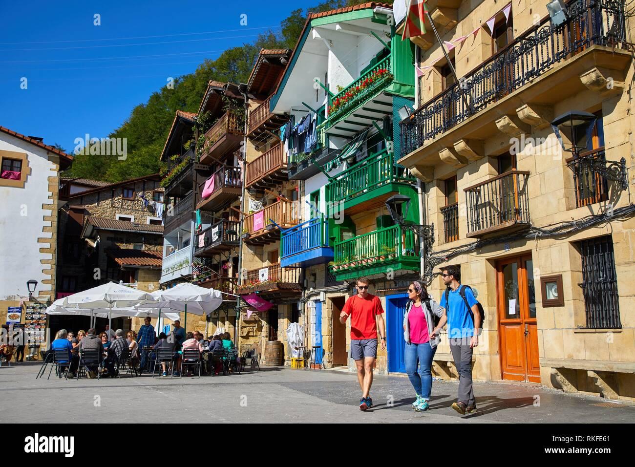 Guide and group of tourists visiting the city, Plaza Santiago, Pasai Donibane, Pasajes de San Juan, Gipuzkoa, Basque Country, Spain, Europe - Stock Image