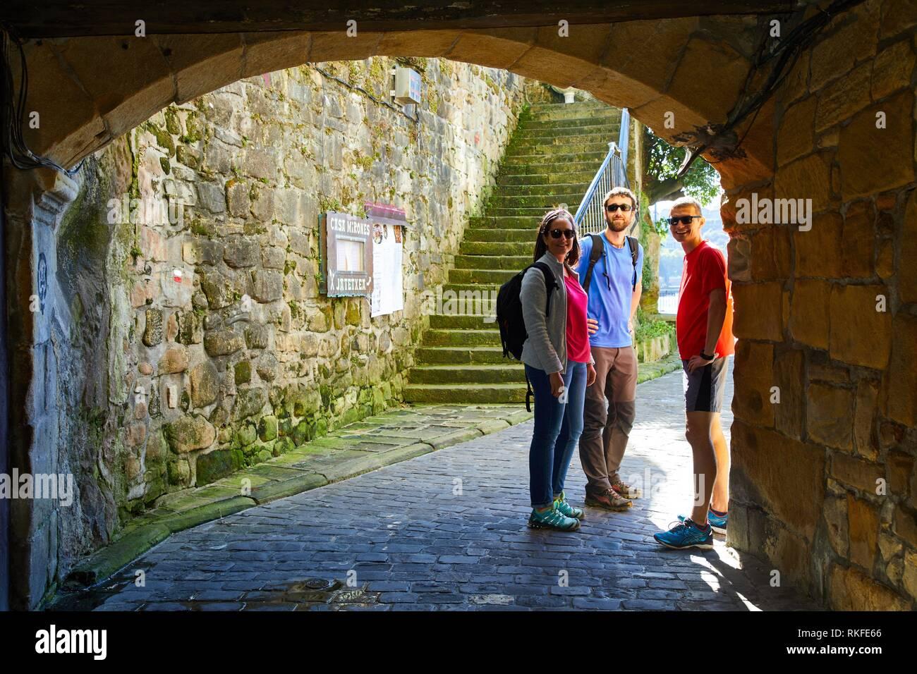 Guide and group of tourists visiting the city, Pasai Donibane, Pasajes de San Juan, Gipuzkoa, Basque Country, Spain, Europe - Stock Image