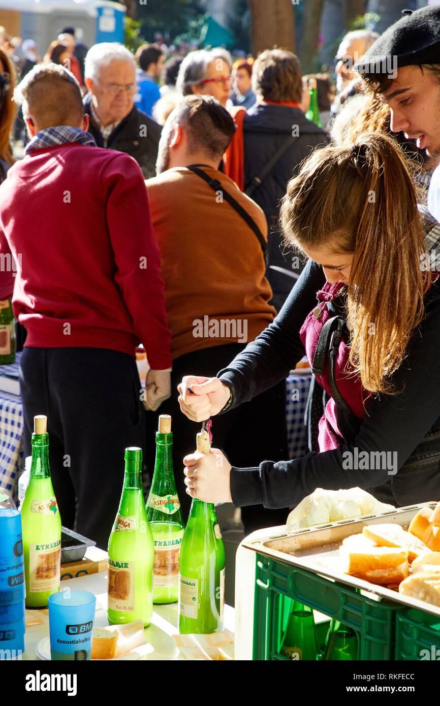 Opening bottles of cider, Feria de Santo Tomás, The feast of St. Thomas takes place on December 21. During this day San Sebastián is transformed into - Stock Image
