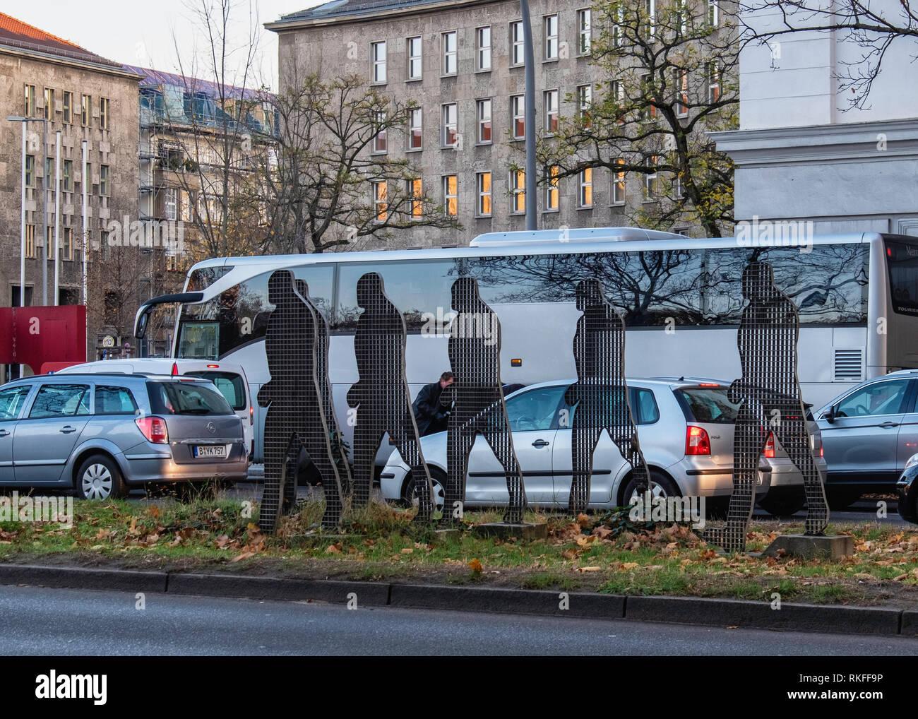Berlin,Wilmersdorf, Scuplture on traffic island In Hohenzollerndamm, Six Men walking. Metal mesh public artwork - Stock Image