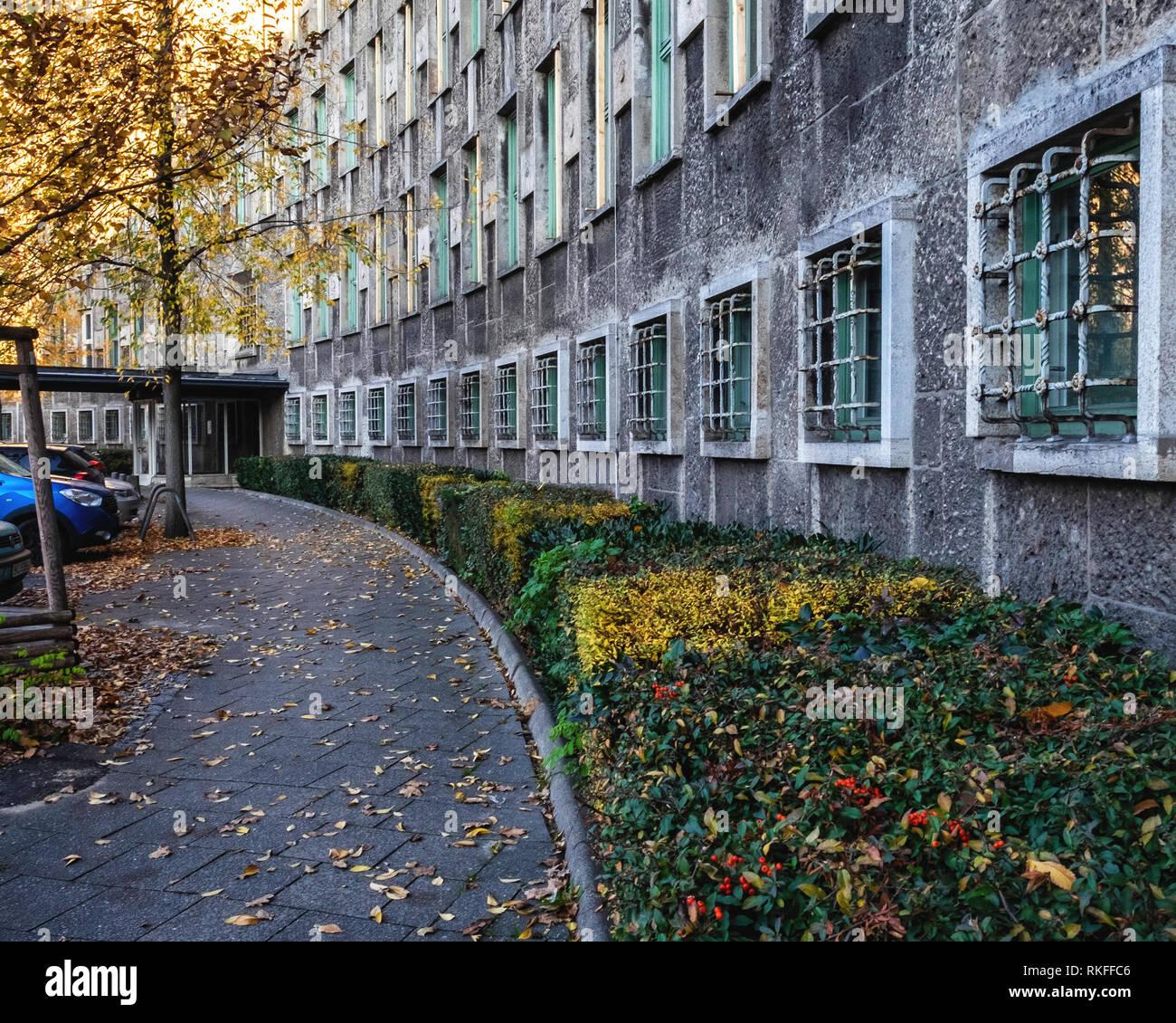 Berlin-Wilmersdorf. Fehrbelliner Platz 2. Nazi-era building built 1935-36 by Architect Otto Firle,Curved anterior facade with raised window casings. - Stock Image