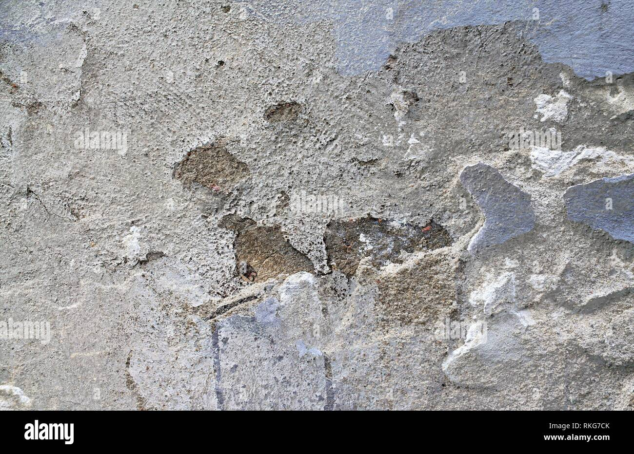 Close up shot of cracks in aged weathered cement walls in high resolution - Stock Image