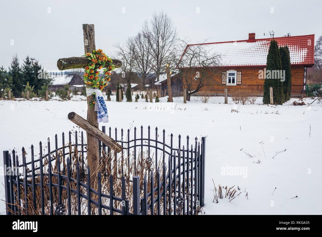 Old wayside cross in Soce village on so called The Land of Open Shutters trail, famous for traditional architecture in Podlaskie Voivodeship, Poland. - Stock Image