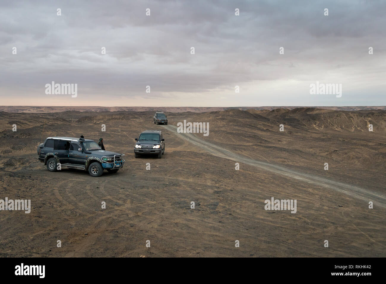 Three 4x4 Toyota and Lexus cars gather at the desert outside Bawiti at the Bahariya Oasis in Egypt - Stock Image