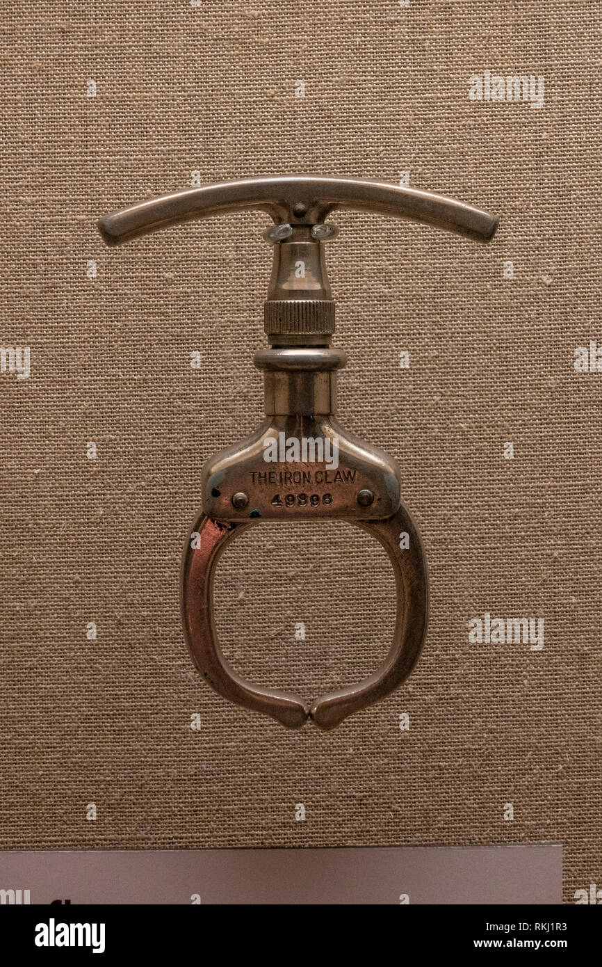 The Iron Claw, a handcuffing device from the 1930's, The Mob Museum, Las Vegas (City of Las Vegas), Nevada, United States. - Stock Image