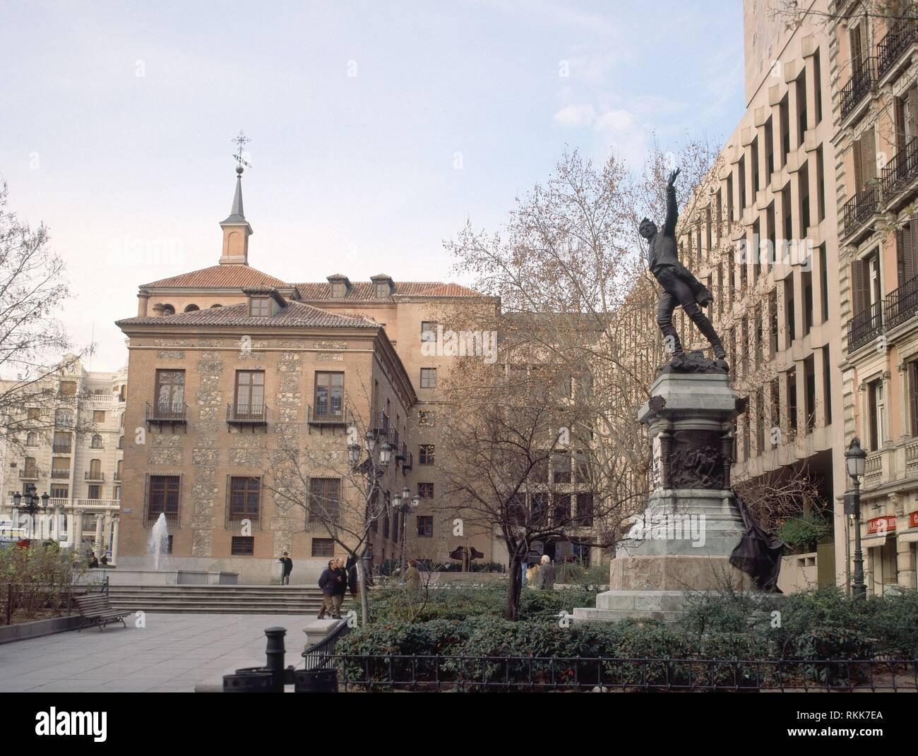 EXTERIOR-PLAZA DEL REY-MONUMENTO DEL TTE RUIZ(OBRA DE BENLLIURE)AL FONDO CASA 7 CHIMENEAS. Location: PLAZA DEL REY. SPAIN. - Stock Image