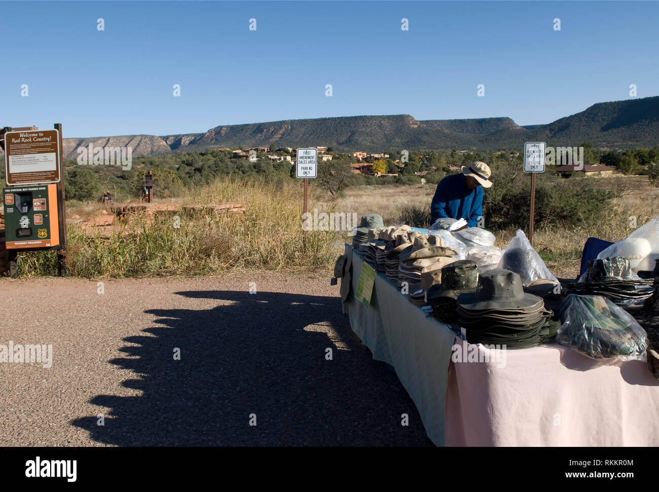 Vendor sells hats at Bell Rock Pathway, Sedona Arizona USA - Stock Image