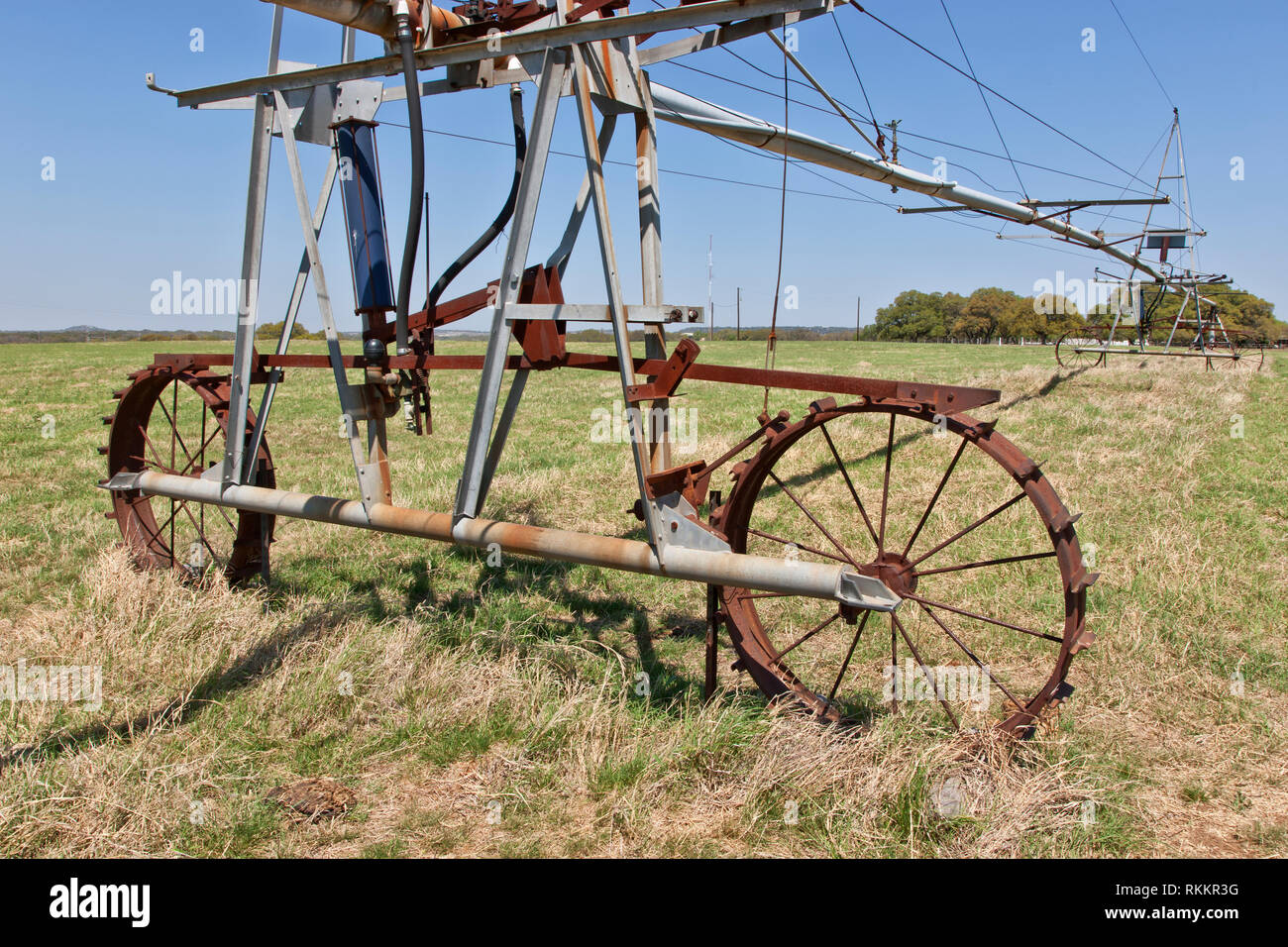 Antique 'Valley Self-Propelled' Wheel Line Pivot irrigation system,  dormant irrigated pasture. - Stock Image