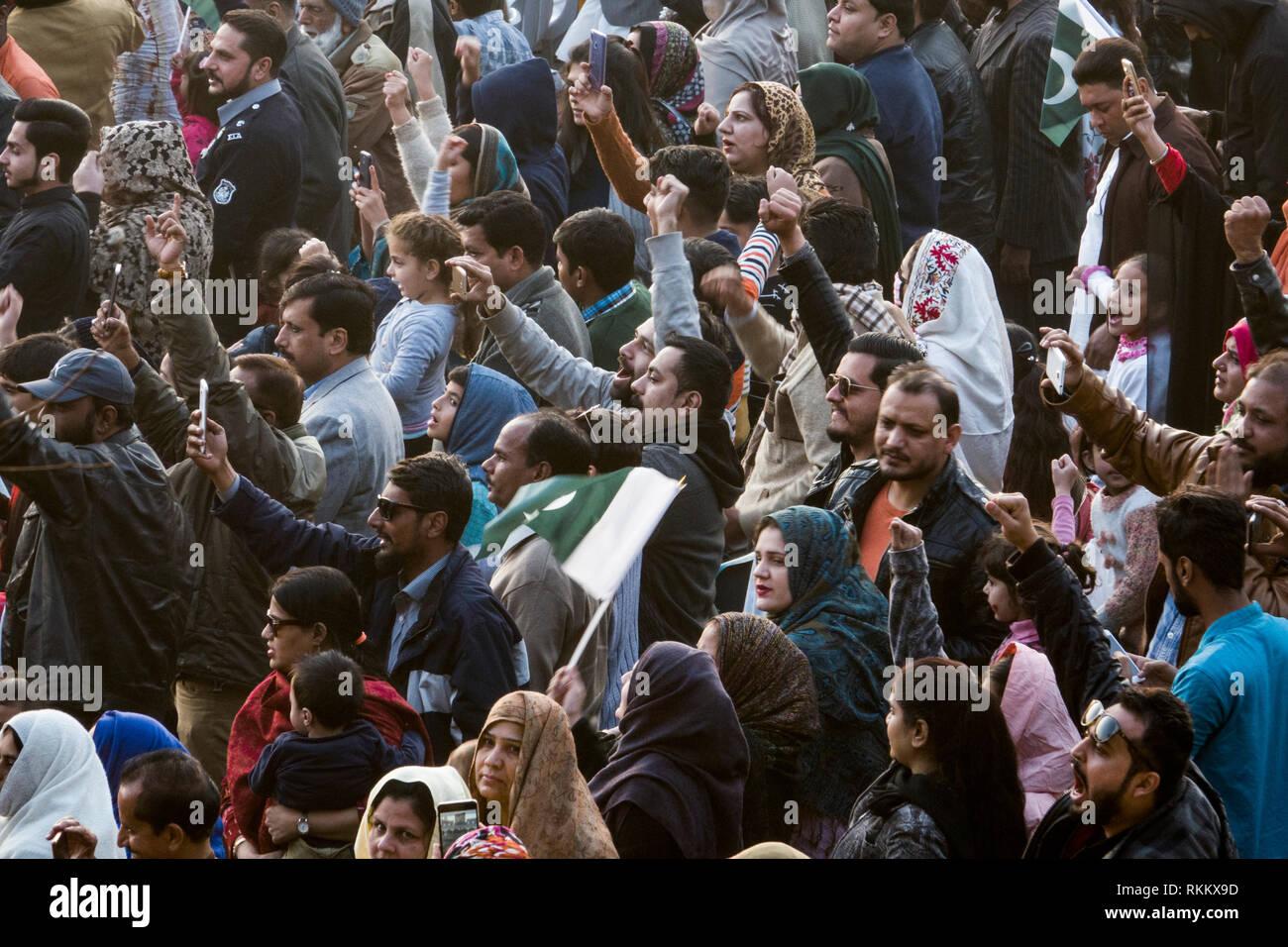 Pakistani crowd at border ceremony in Wagah, Lahore, Punjab, Pakistan - Stock Image