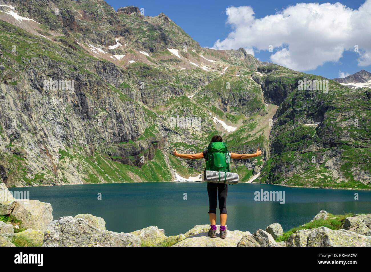 trekker, lago de Caillouas, Gourgs Blancs, cordillera de los Pirineos, France. - Stock Image