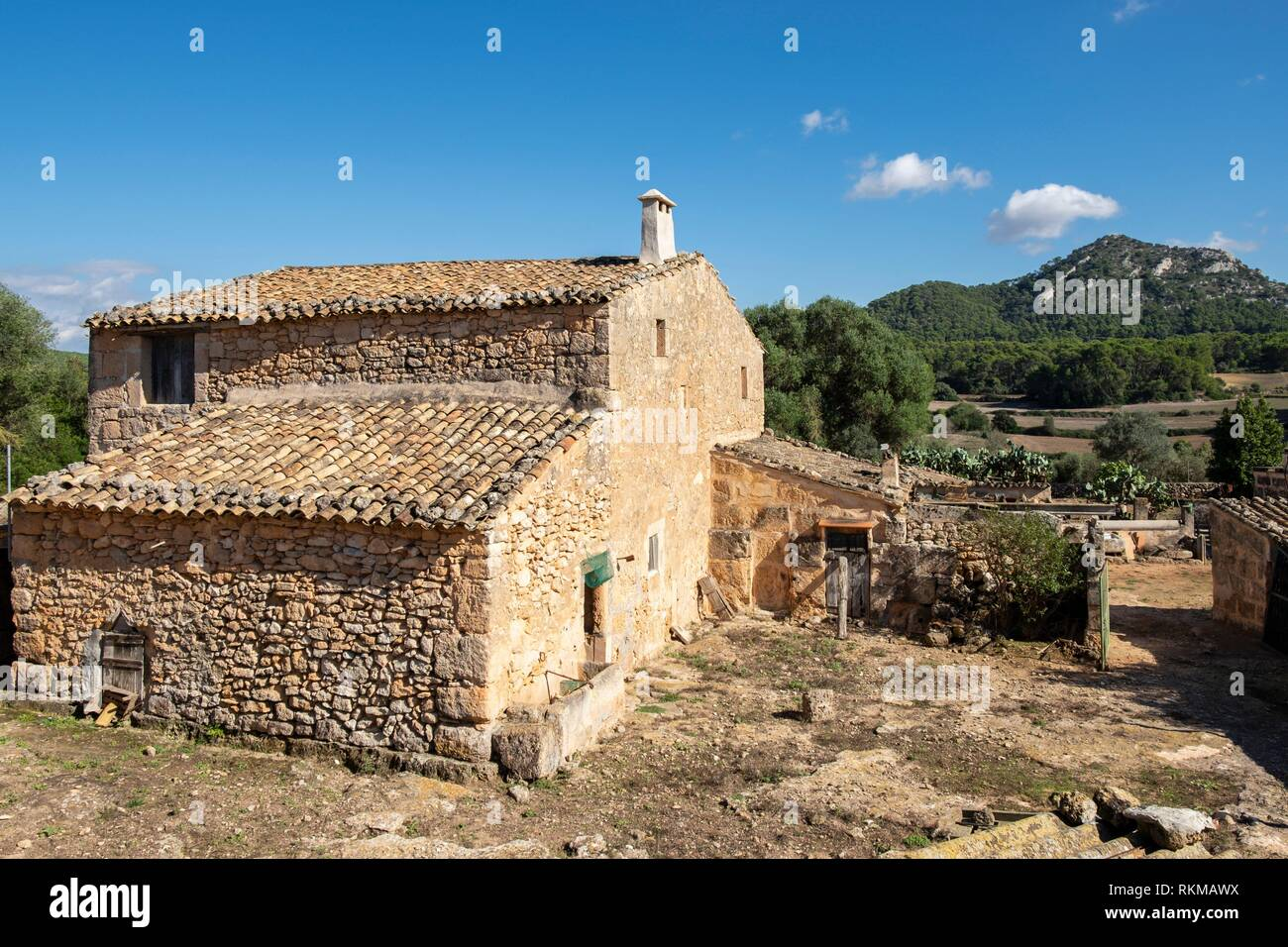 casa rural tipica y Puig de Ses Bruixes, cami de Punxuat, Algaida, Mallorca, balearic islands, Spain. Stock Photo