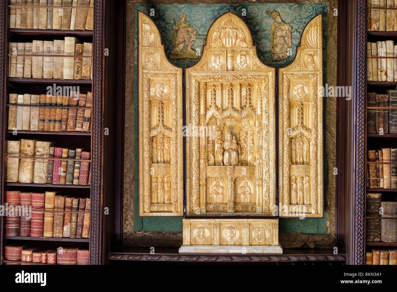 tríptico gotico de marfil ,siglo XV , representa la boda de María de Montpellier y Pedro II de Aragón, Valldemossa, Mallorca, balearic islands, Spain. Stock Photo