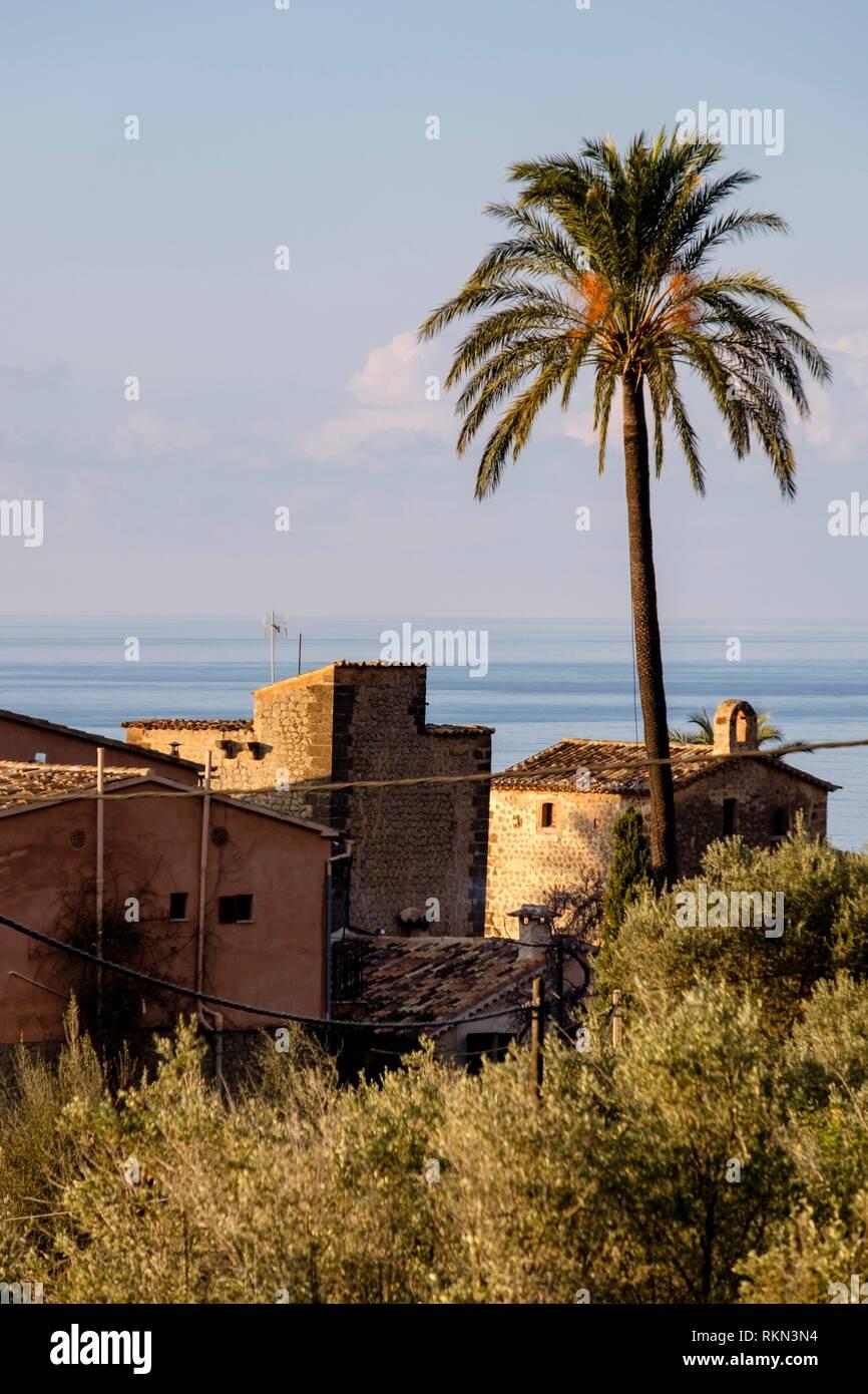 casa fortificada de Can Apol·loni y de Can Simó , Llucalcari, Deià, comarca de la Sierra de Tramontana, Mallorca, balearic islands, Spain. - Stock Image