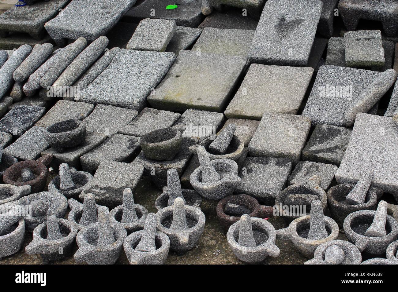 Utensilios de piedra usados actualmente por campesinos en Guatemala y México, utilizados para triturar y moler alimentos - Stock Image