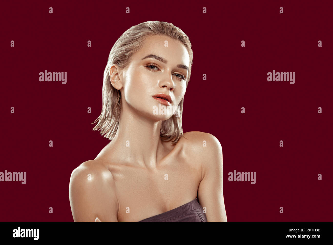Photo model with bob cut working in spacious photo studio - Stock Image