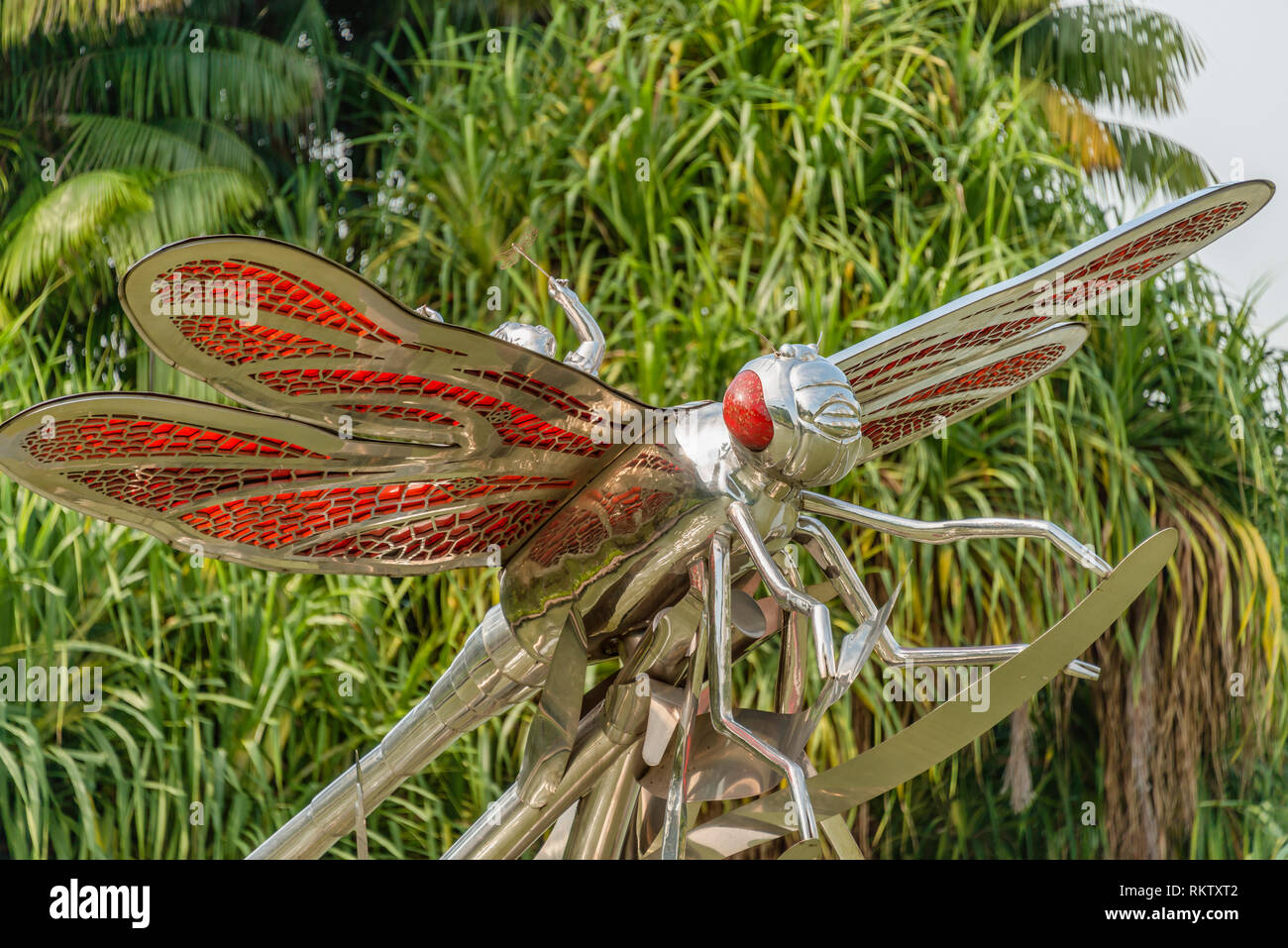 Dragonfly sculpture at Gardens by the Bay, Singapore | Libellen Skulptur im Gardens by the Bay, Singapur - Stock Image
